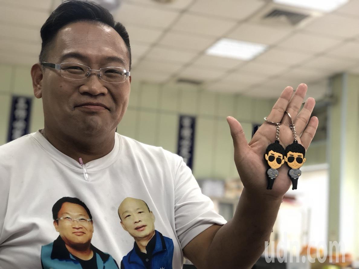 國民黨籍嘉義市西區議員候選人譚國華說,他的服務處收到80個小商人鑰匙圈,今晚7點...