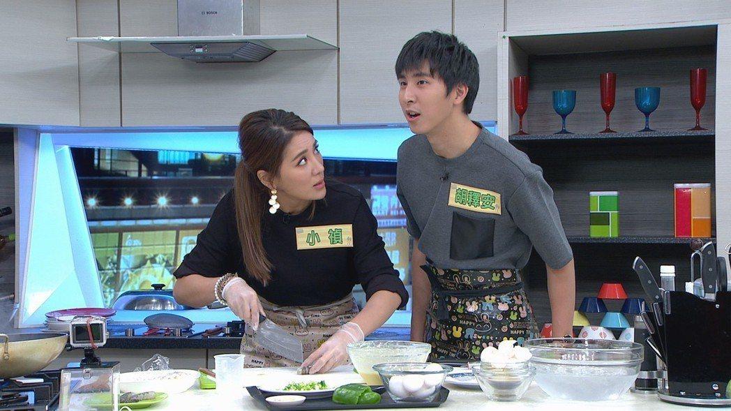 小禎和弟弟邊做菜邊鬥嘴。圖/三立提供