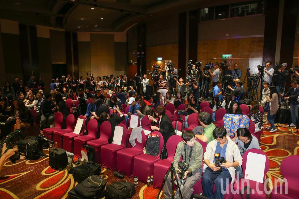 第55屆金馬獎台獨言論風波延燒 ,主持人路嘉怡一上台即宣布記者會到此結束,留下滿...