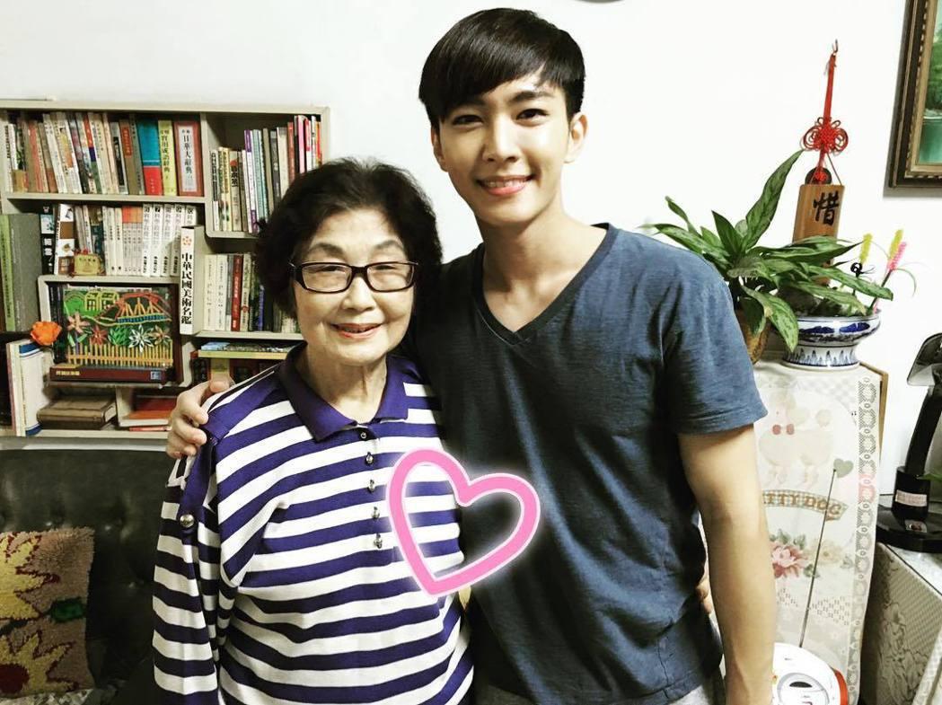 炎亞綸(左)透露19日是外婆的頭七。圖/摘自IG