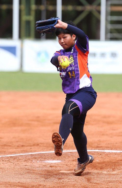 嘉南鷹隊投手陳靖瑜今天第2戰表現穩定,幫助球隊扳平戰局。圖/企業女子壘球聯賽提供