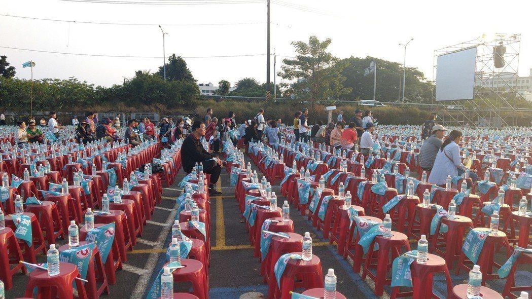 民進黨高雄市長候選人陳其邁今晚在岡山舉辦「超級星期天」造勢晚會,不少支持者自發性...