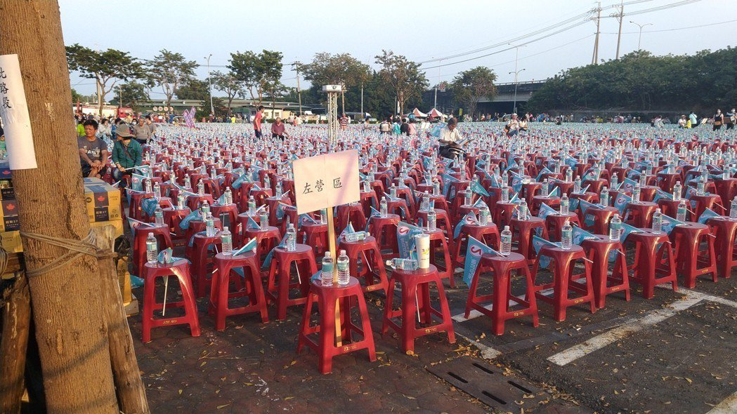 民進黨高雄市長候選人陳其邁今晚在岡山舉辦「超級星期天」造勢晚會,座椅上插有左營區...