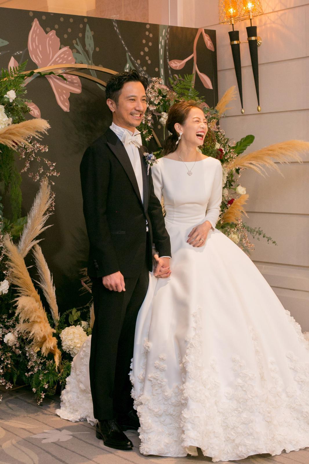 去年登記結婚的女星簡嫚書,今天和髮型師老公雲昌隆補辦婚宴,進場的白紗禮服大走夢幻...