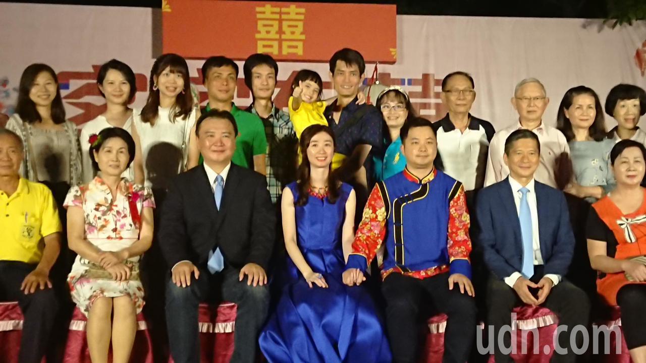 客委會主委李永得(右二)、高市代理市長許立明(左三)出席高市客家婚禮,為50對新...