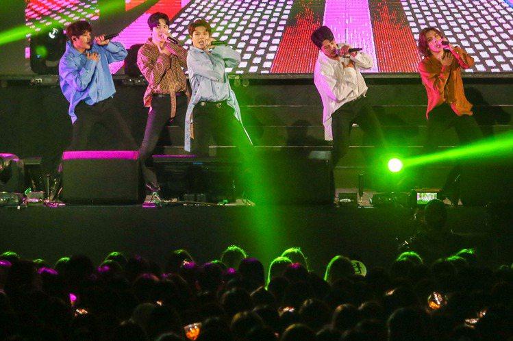 韓團INFINITE 18日在台北和平體育館與台灣4000名粉絲相見歡,一開場就以代表作「Be Mine」舞力全開。雖然主唱聖圭當兵去,他們此行只有5名團員,但他們的演出完全沒偷工減料,開全麥從頭唱...