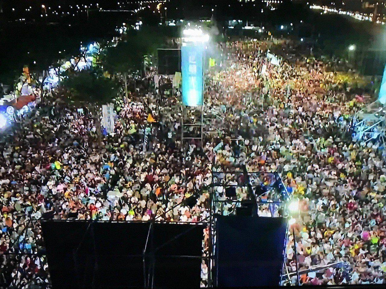 陳其邁晚間岡山造勢,陳陣營宣布全場破10萬人。記者林伯驊/翻攝