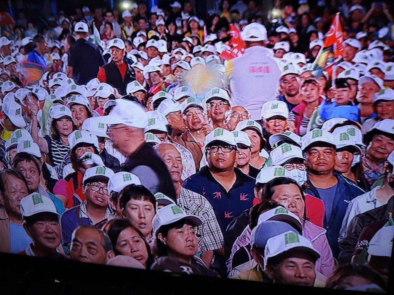 民進黨新北市長候選人蘇貞昌在蘆洲綠營大票倉舉辦大型造勢晚會,越晚人潮愈聚愈多,蘇...