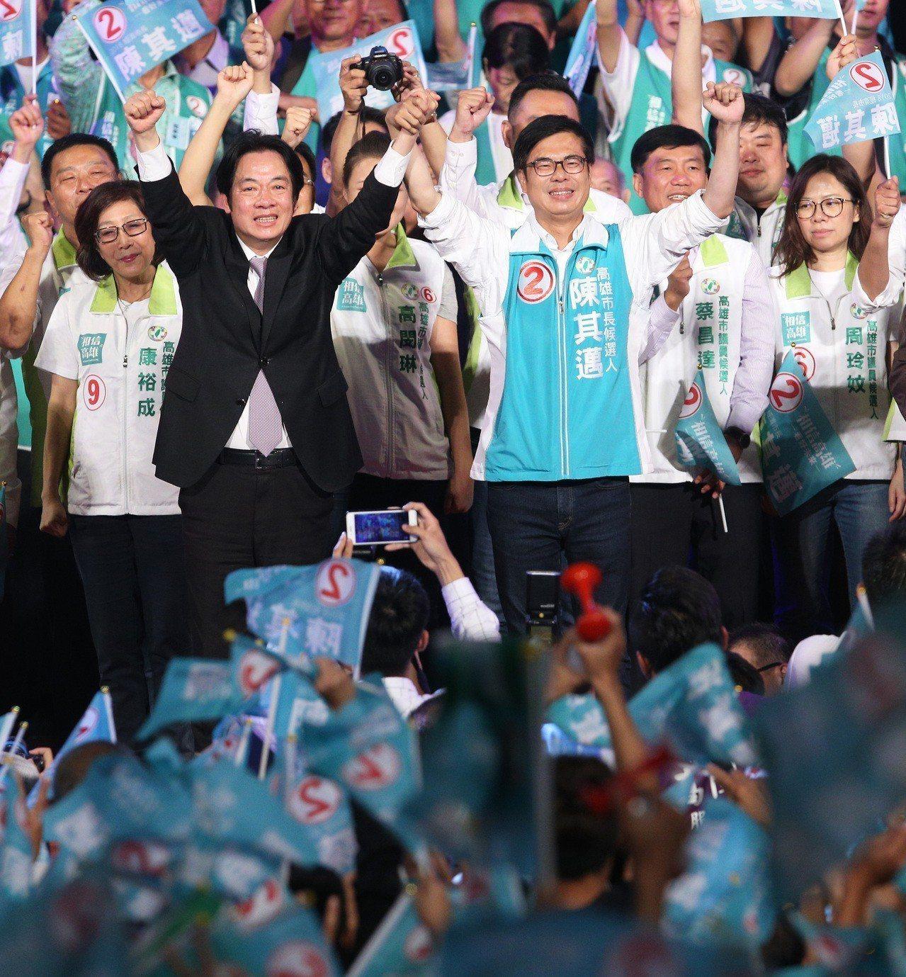 行政院長賴清德(前左起)嘶吼為陳其邁高喊凍蒜。記者劉學聖/攝影