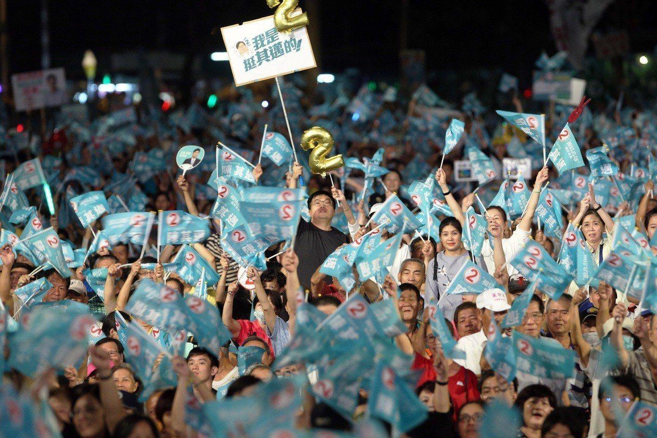 陳其邁今晚在岡山辦造勢號稱破10萬人。記者劉學聖/攝影