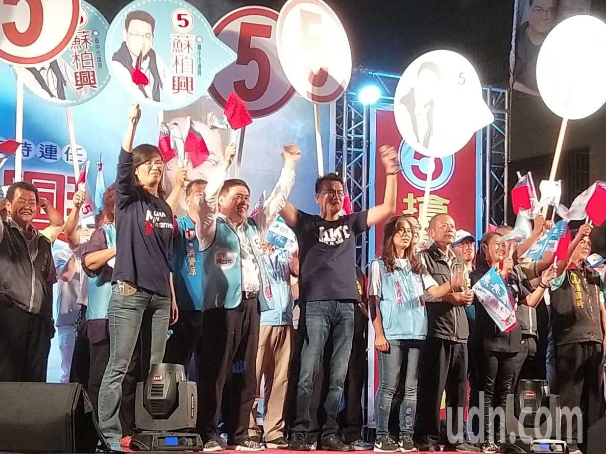前台北市長郝龍斌(前排左二)今晚到台中大里區為藍營造勢晚會催票。記者張明慧/攝影