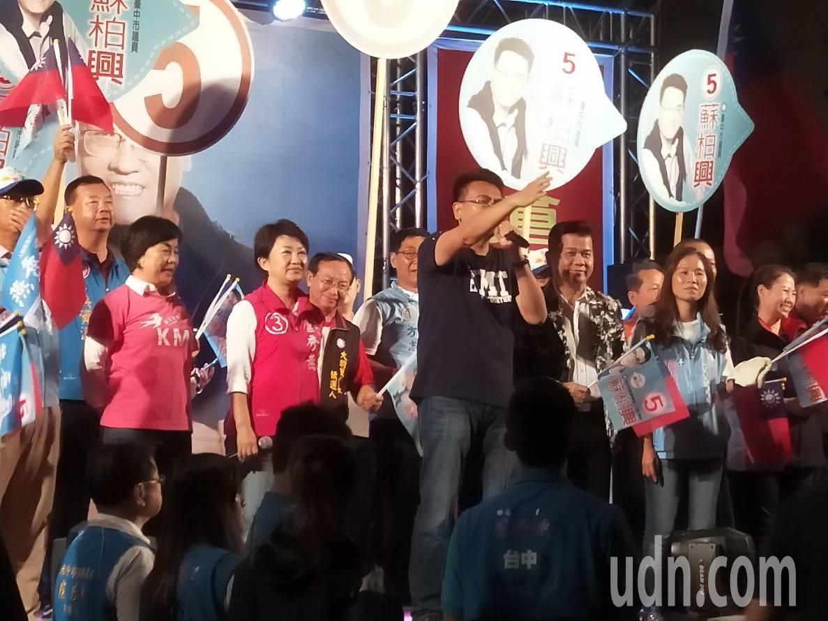 國民黨市長候選人盧秀燕(左三)晚上趕至大里區造勢會場。記者張明慧/攝影