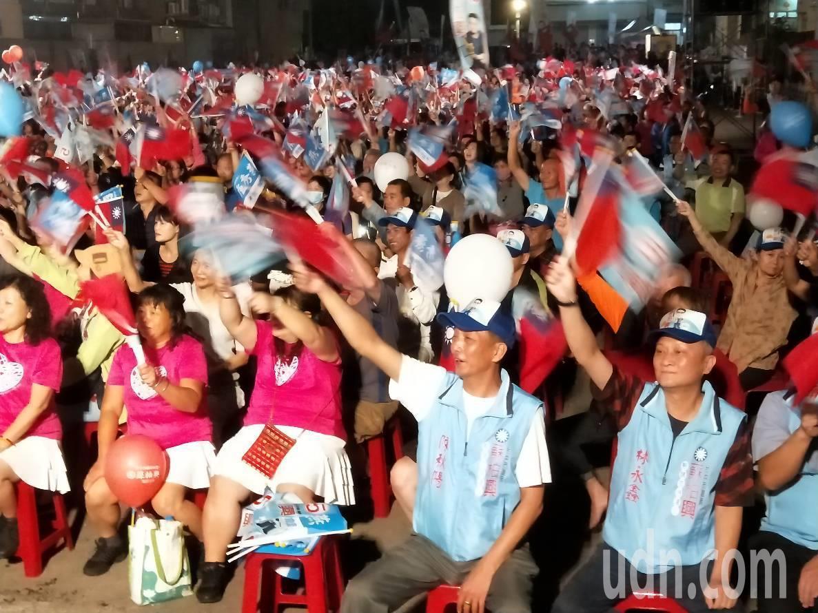國民黨今晚在大里區造勢晚會,由市議員候選人蘇柏興主辦,現場擠進上千人熱情吶喊。記...