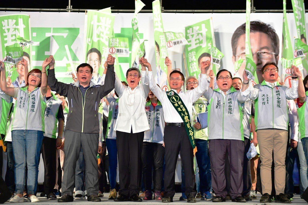 副總統陳建仁(左3)、民進黨秘書長洪耀福(左2)今晚到湖西國小參加魏明谷(右3)...