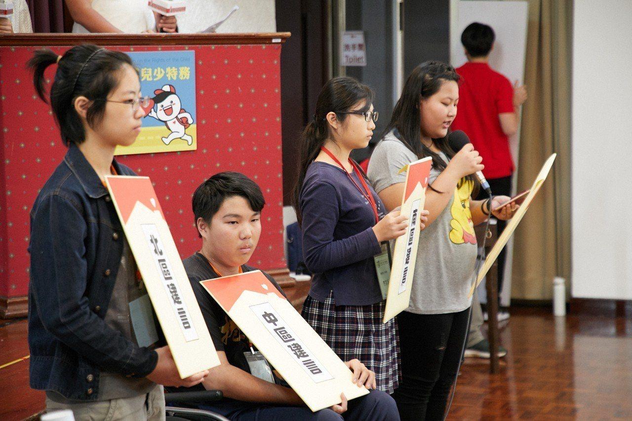 兒少代表向與會的立委提出許多建言,包括透過例行性學校宣導,讓青少年知道勞動條件的...