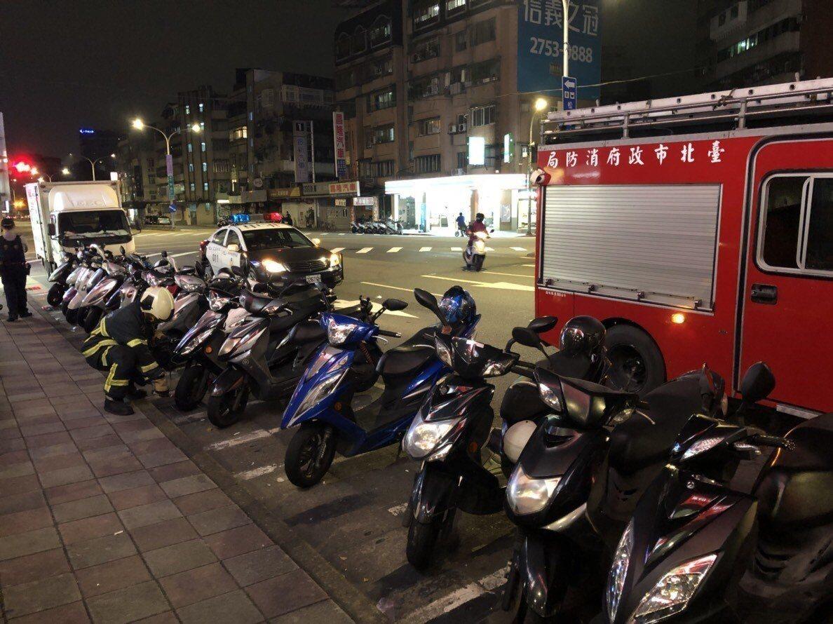 台北市消防局和台瓦公司人員,調查信義區飄盪的瓦斯味來自何方。記者廖炳棋/翻攝