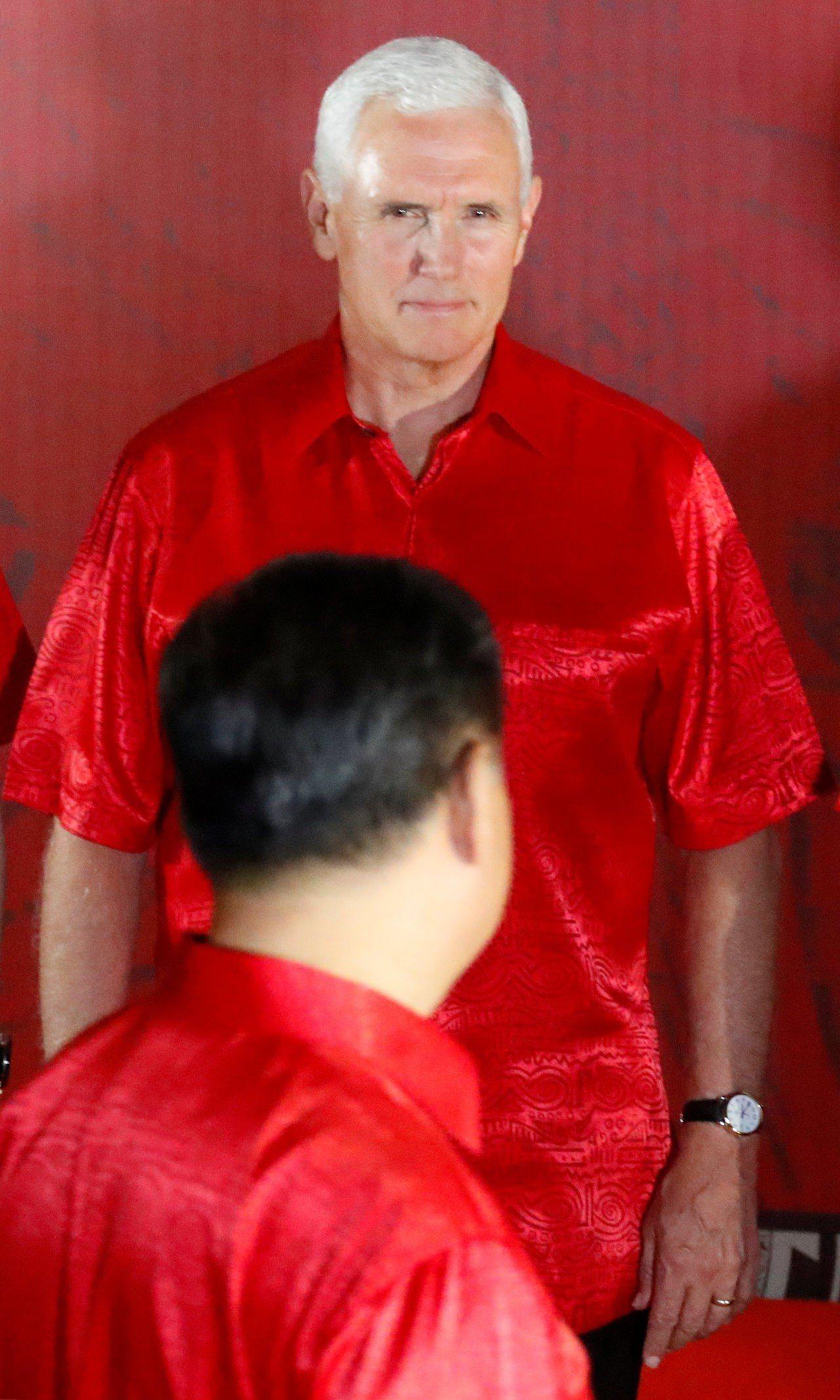 APEC領袖大合照時,美國副總統潘斯(後)看著大陸國家主席習近平(前),兩人都選...