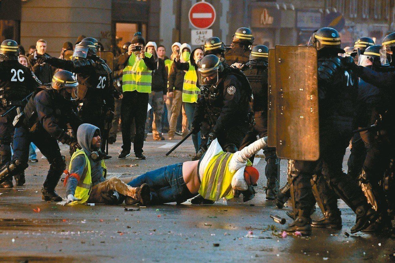 法國西部坎佩爾市警方十七日強制驅離反對調漲油稅的「黃背心」示威群眾。 (法新社)