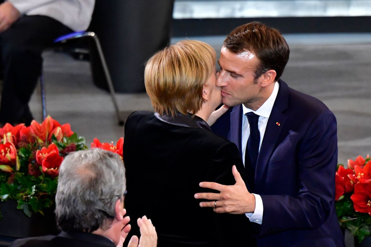 法國總統馬克宏(右)十八日在德國眾議院發表悼念戰爭受害者的演說後,與德國總理梅克...
