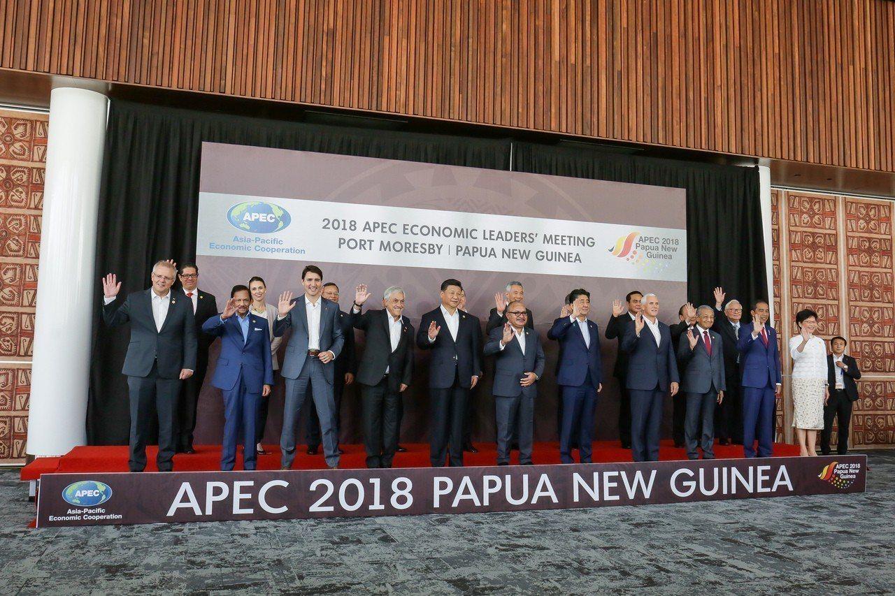 亞太經合會(APEC)十八日舉行領袖閉門會議,各經濟體領袖會前合照,APEC領袖...