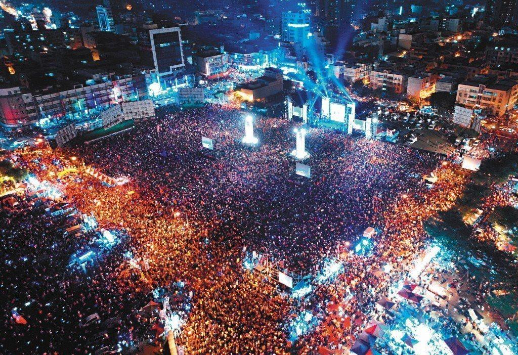 國民黨高雄市長候選人韓國瑜17日在鳳山舉辦造勢晚會,支持者塞爆會場。記者林澔一/...