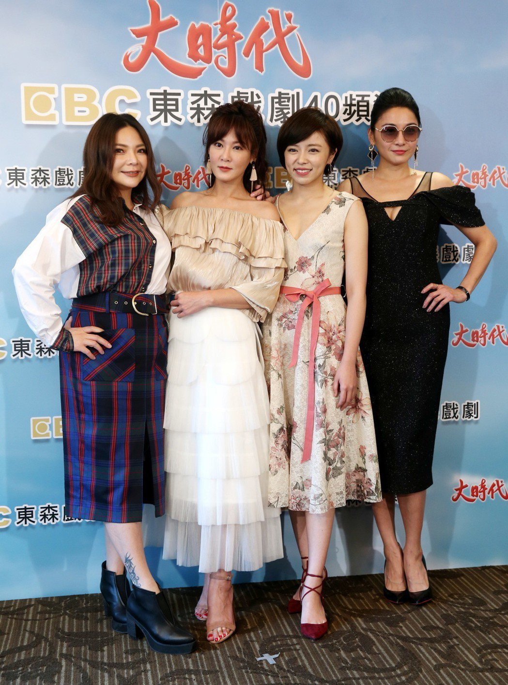邱琦雯(左二)、王瞳(左三)曾同台一起宣傳戲劇。記者邱德祥/攝影
