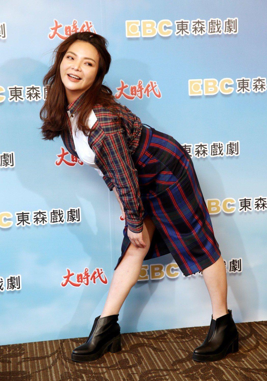 東森戲劇「大時代」將上映,女星張可昀(小甜甜)秀出軟Q的腰力。記者邱德祥/攝影