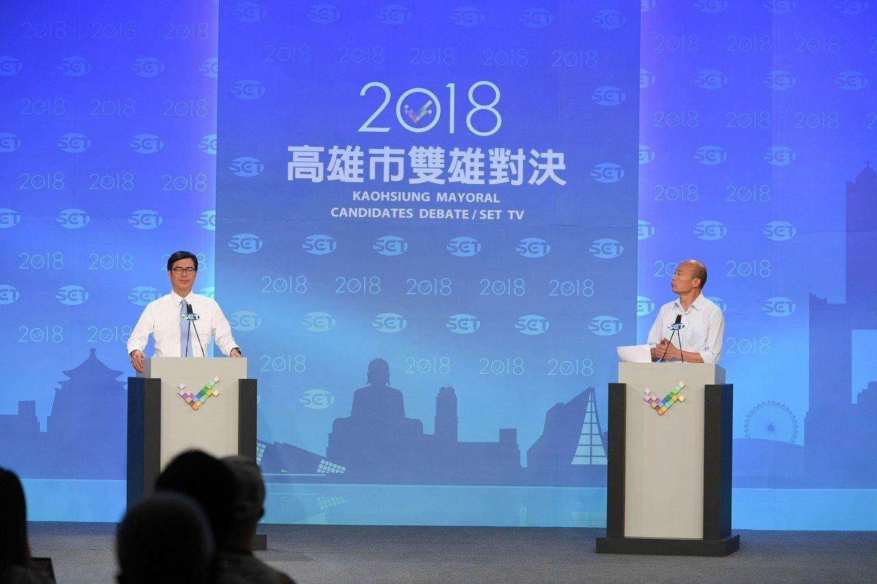 高雄市長候選人陳其邁(左)、韓國瑜(右)辯論會前握手。 圖╱三立提供