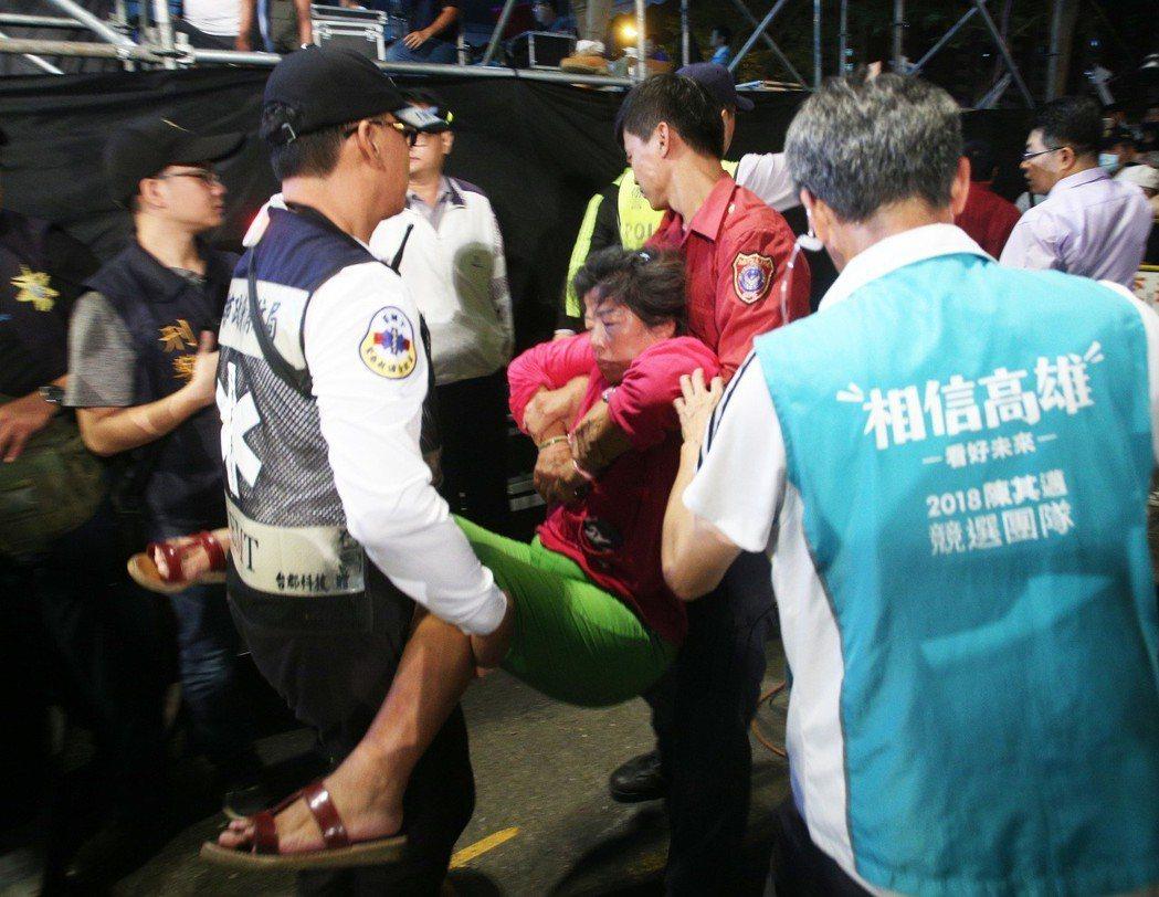 陳其邁日前在岡山造勢,有支持者受不了推擠當場昏倒送醫。圖/聯合報系資料照