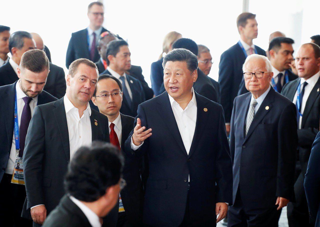中國國家主席習近平(中)。路透社