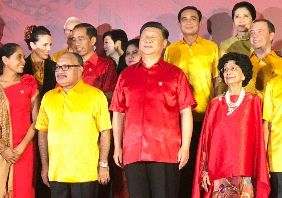 美記者鏡頭下的習近平APEC合影閉眼照。 圖/翻攝Josh Rogin推特