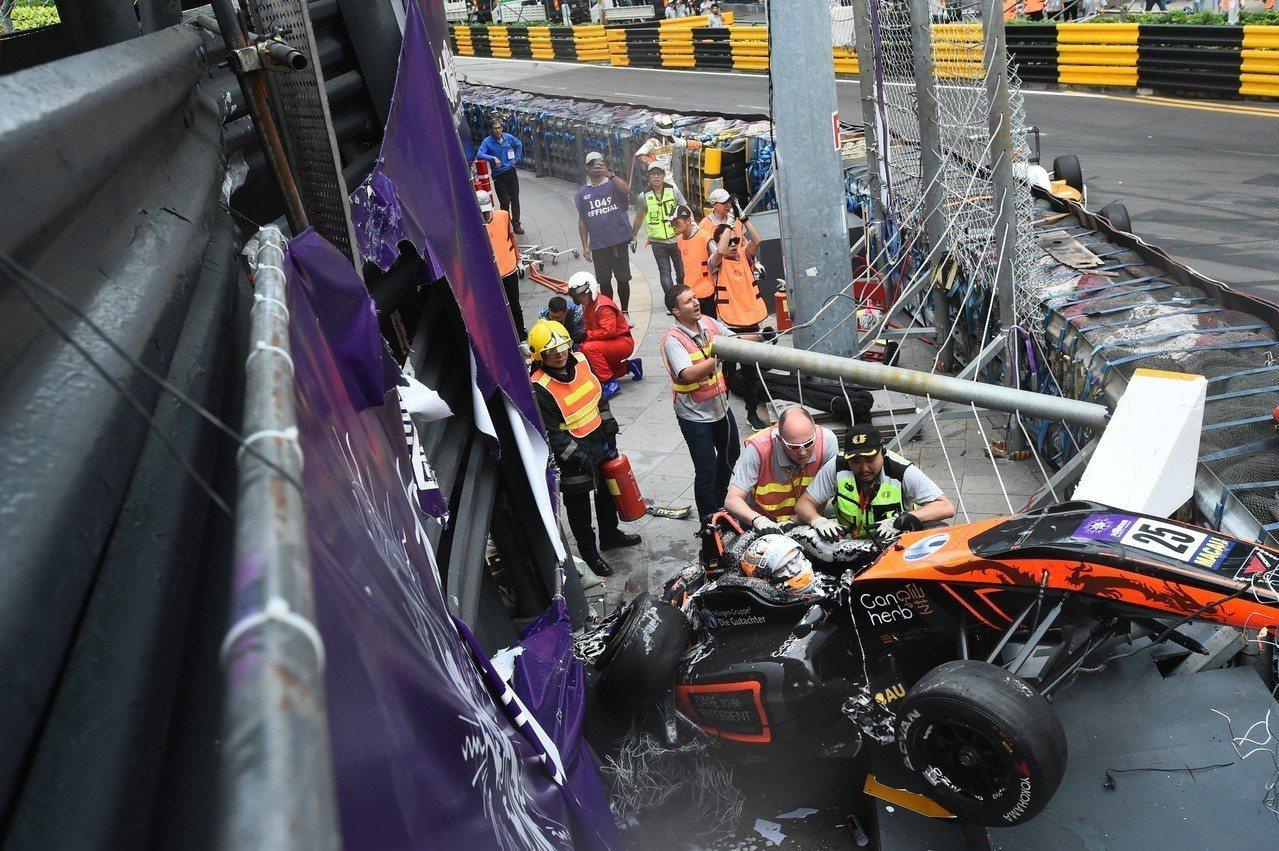 澳門發生賽車衝撞攝影台意外。 香港中國通訊社