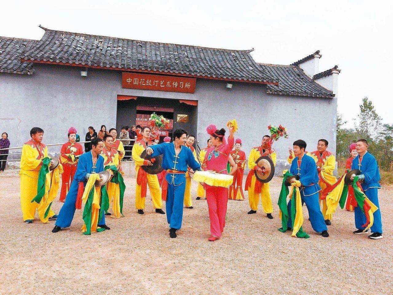 花鼓燈舞蹈歡快熱烈、動作灑脫,是大陸國家級非物質文化遺產。