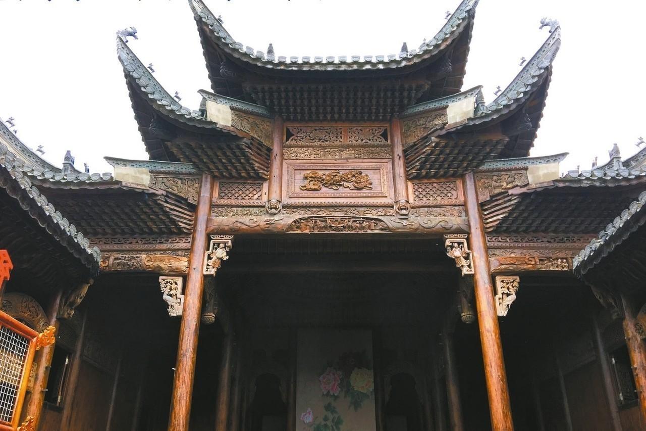 原樣搬到中華古民居的古戲樓,保存完好。