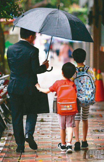 爸爸幫兒子還銀行貸款,視同「贈與」。圖中人物與新聞無關。 圖╱聯合報系資料照片