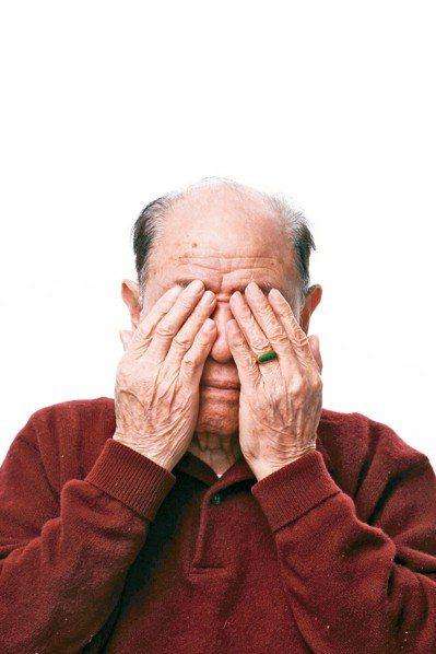 陽明大學分析發現,經常服用感冒藥、止痛藥的老年人,急診、骨折風險較高,失智機率更...