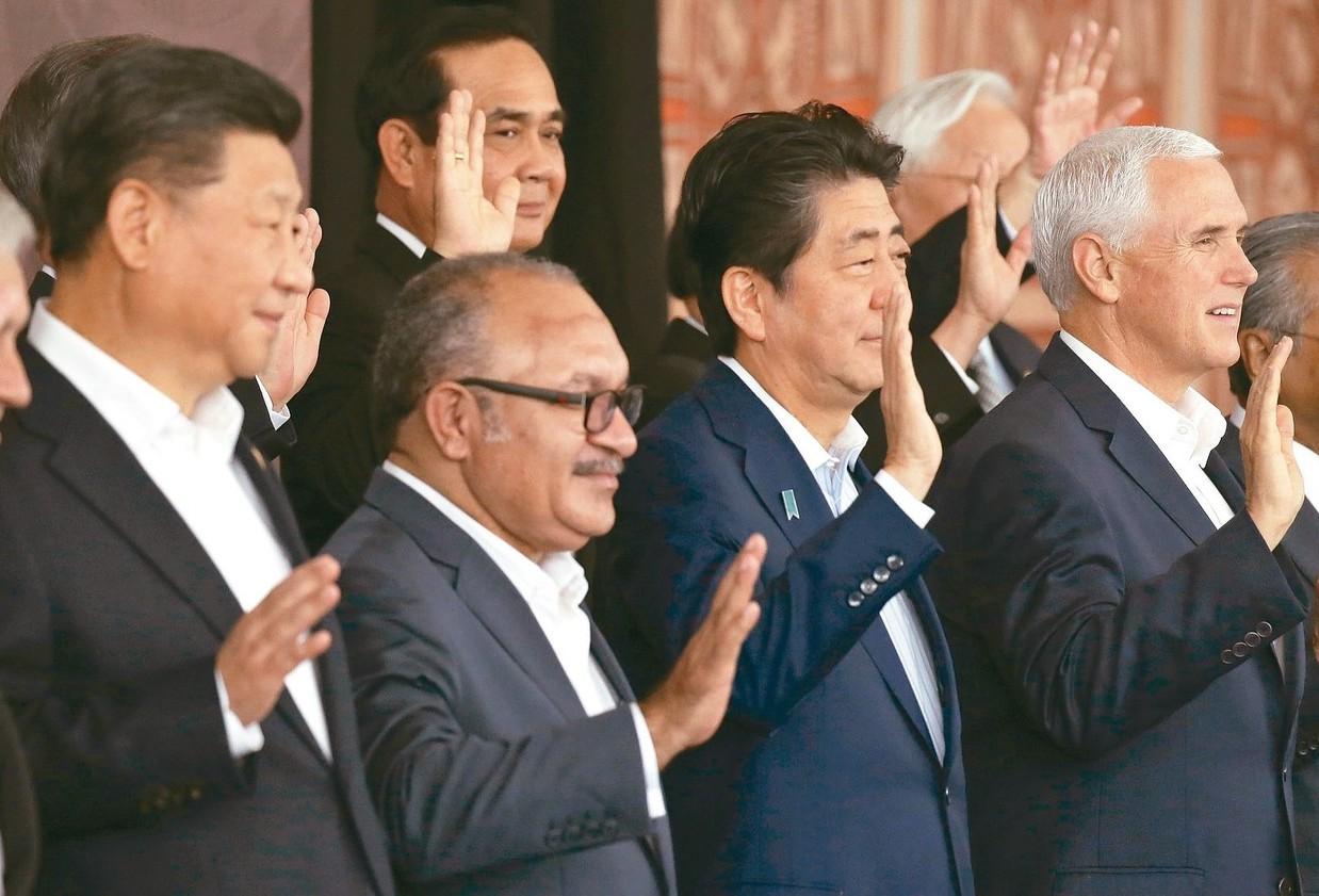 中國大陸國家主席習近平(左)和美國副總統潘斯(右)18日參加亞太經合會(APEC...