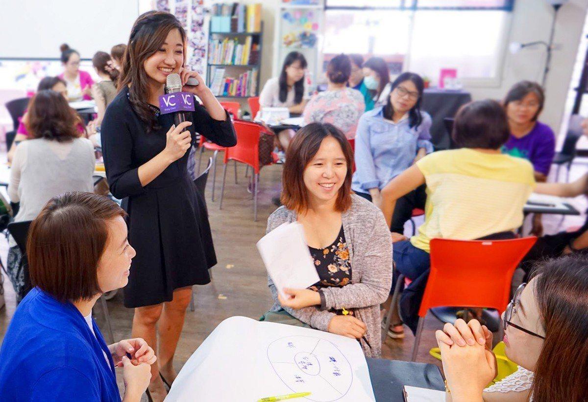 透過聆聽與互動,維琪與企業同仁一起找出好感度的做法。 好感度教練/提供