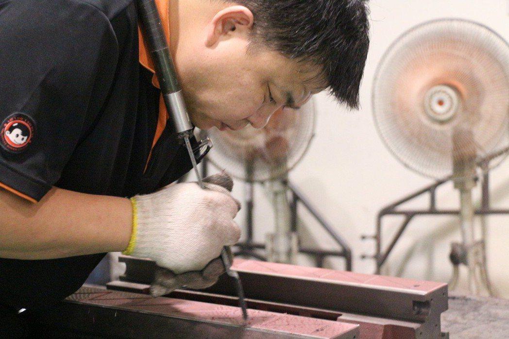 鏟花是工具機必備技術、全程需要老師傅的經驗傳承。 智造夢工業小組/提供