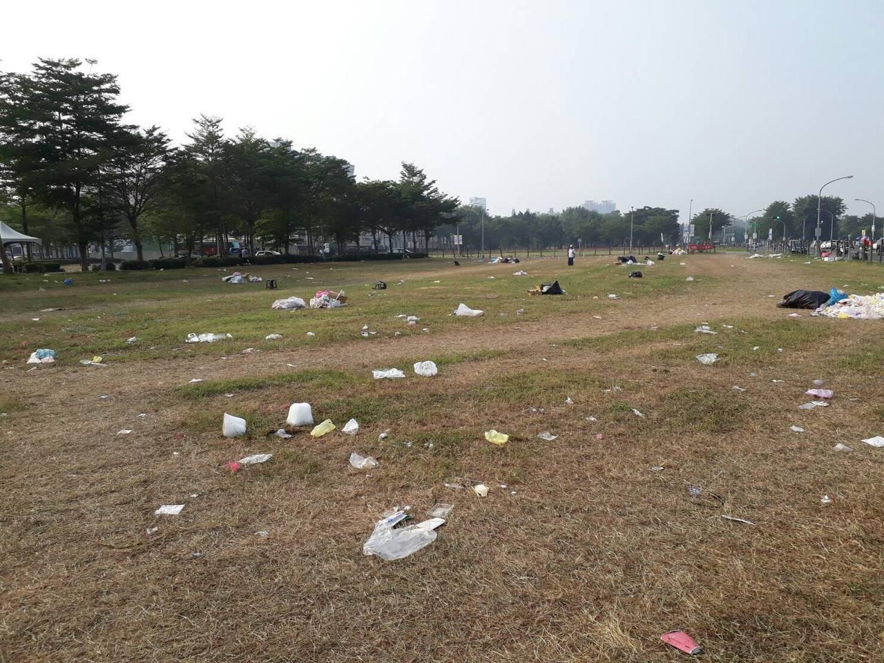 韓國瑜鳳山造勢會後,民眾貼出照片指控場地未復原到處都是垃圾。圖截自PTT八卦版