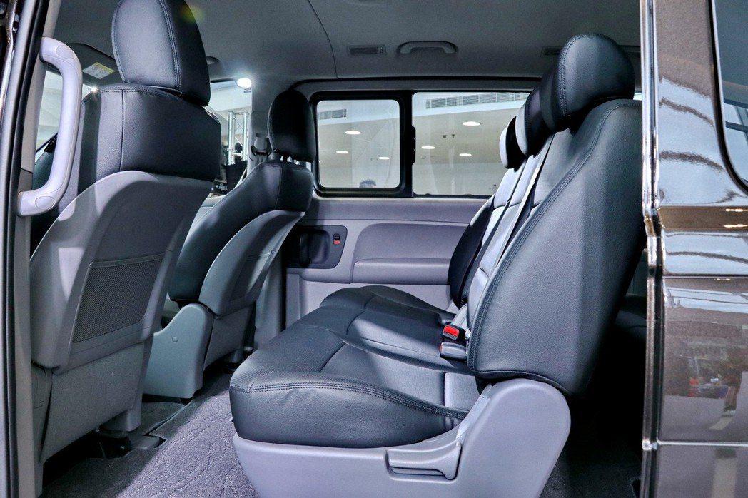 乘客艙第一排可前後滑移座椅設計,提供後座乘客上下車更安全、更便利 記者陳威任/攝...