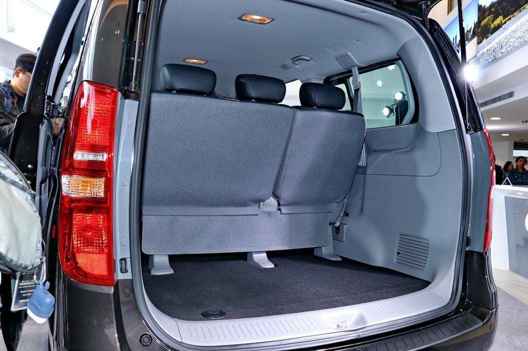 在一般狀況下,後車廂仍有不錯的載物空間。 記者陳威任/攝影