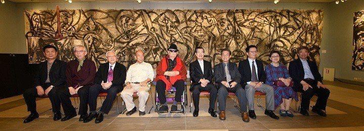 國父紀念館館長梁永斐(左二起)、歐豪年教授、展出藝術家吳炫三、李奇茂教授、前副總...
