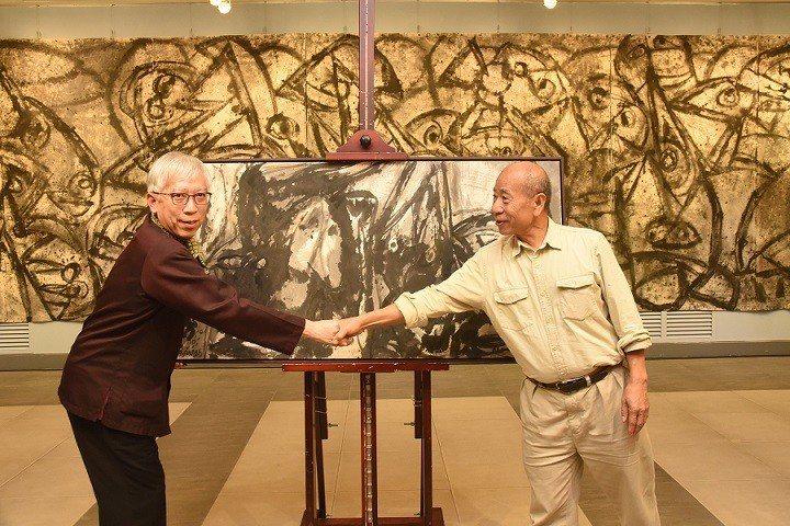 吳炫三(右)贈畫予國父紀念館典藏,館長梁永斐代表接受。  國父紀念館/提供
