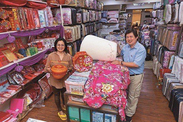 張寶仁夫妻合力經營百年棉被老店,憑藉網路好口碑在市場上保有好成績。(攝影/王漢順...