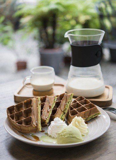 牛奶糖抹茶鬆餅180元(前)/以日本抹茶粉製成,再淋上自製牛奶糖漿,增添甜蜜氣息...