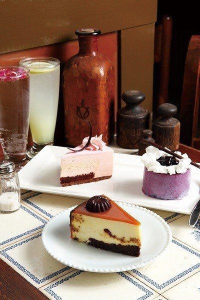 白巧克力威士忌220元(前)/以布朗尼蛋糕為基底並放入Lotus餅乾增添口感,再...