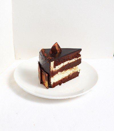黃金威士忌220元/以巧克力蛋糕、威士忌酒香、焦糖與自製奶油的順序反覆堆疊,工序...