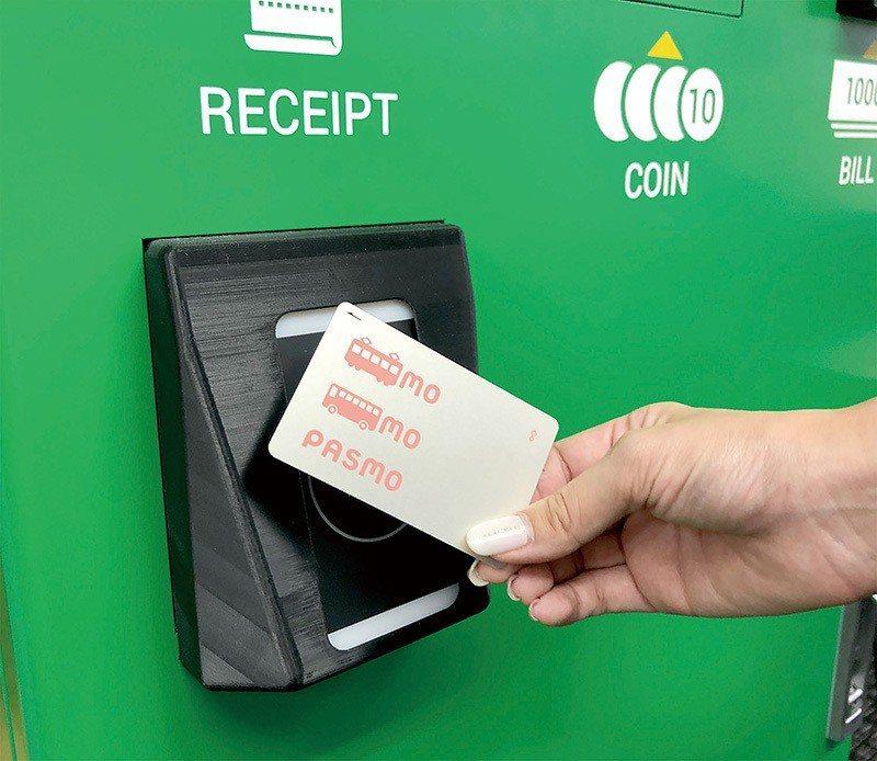 直接用手上的交通IC卡觸碰感應即可加值。