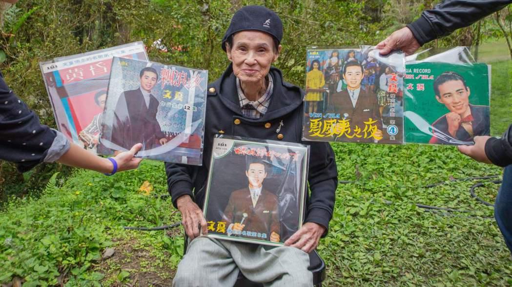 文夏到場演出,歌迷準備黑膠唱片讓他簽名。圖/新視紀提供